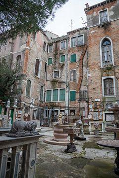 Oude panden  met beelden in oude centrum van Venetie, Italie van Joost Adriaanse