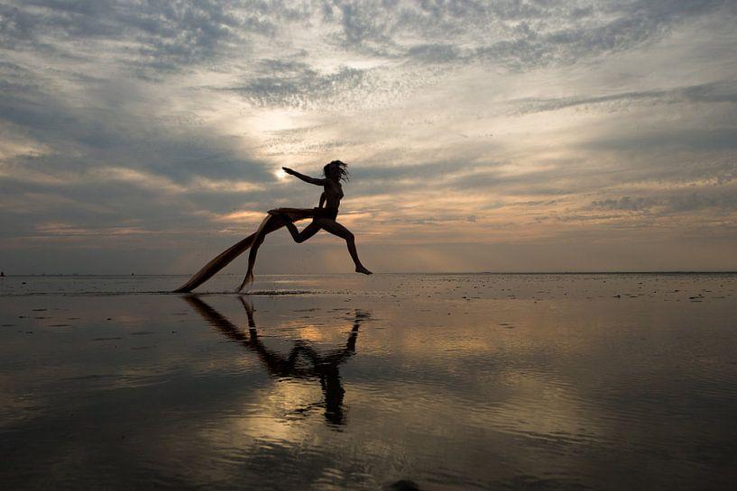 Artistiek naakt op de waddenzee springend model van Arjan Groot