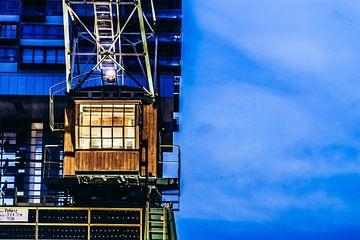 Havenkraan op het blauwe uur van Tom Voelz