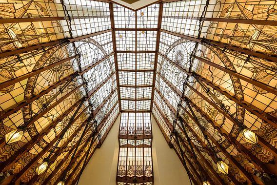 Glasdak in Amsterdamse school stijl van Willem Bogtman in het Scheepvaarthuis, Amsterdam. Netherland