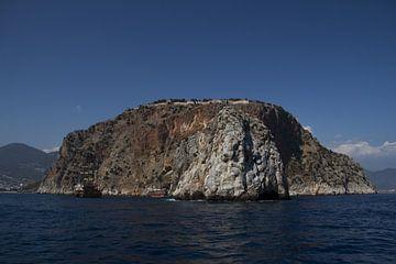 Een berg/eiland in de zee bij Turkije. van Angelo de Bruin
