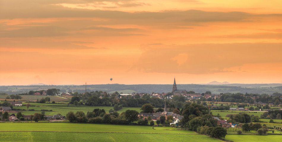 Zonsondergang bij Vijlen in Zuid-Limburg van John Kreukniet