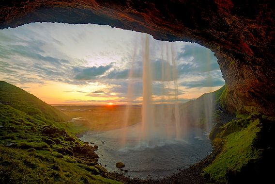 Seljalandsfoss waterval te IJsland tijdens zonsondergang