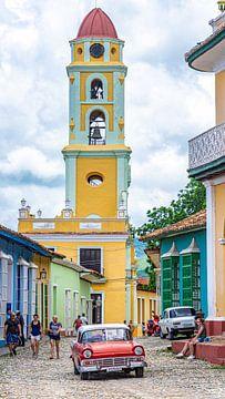 Rode oldtimer in kleurrijk Trinidad, Cuba van Jessica Lokker