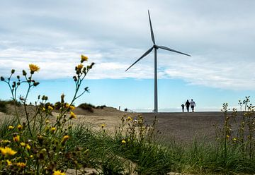 Dünen, Windmühle, Blumen und eine Familie von Helene van Rijn