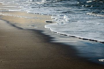 Stille Wellen an der Küste von Linsey Aandewiel-Marijnen