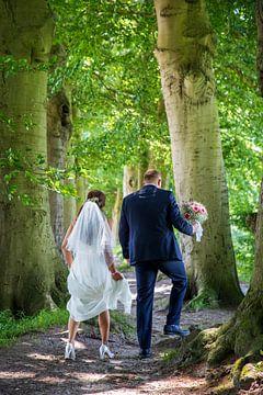 Bruidspaar onder de bomen. van Ton Tolboom