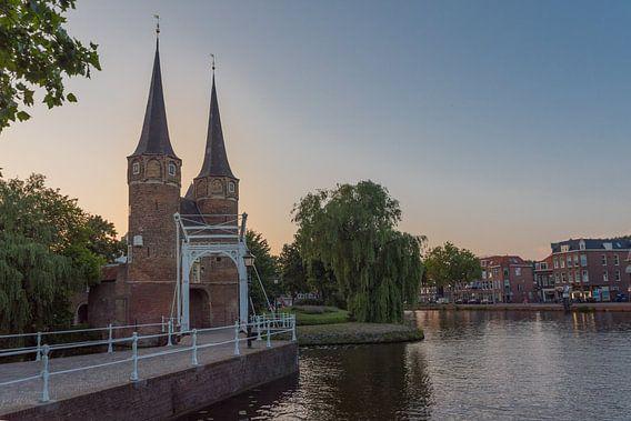 Delft - Oostpoort bij zonsondergang van Erik van 't Hof
