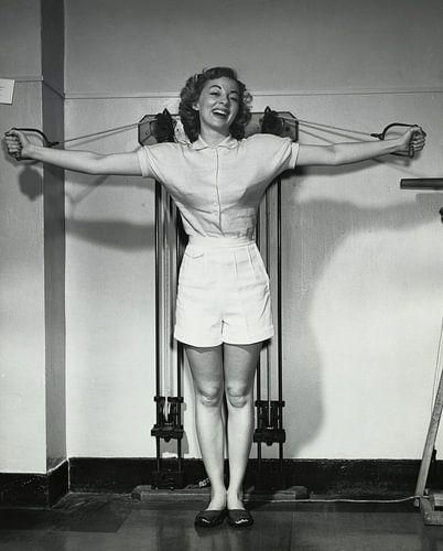 Jonge vrouw in de jaren '50 traint in sportschool