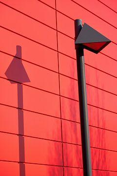 Laterne vor der roten Fassade eines Hauses von Heiko Kueverling
