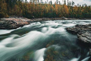 Stromende Noorse rivier met herfstkleuren van Colin van Wijk