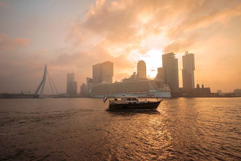 Oasis Of The Seas tijdens zonsopkomst van Dennis Vervoorn