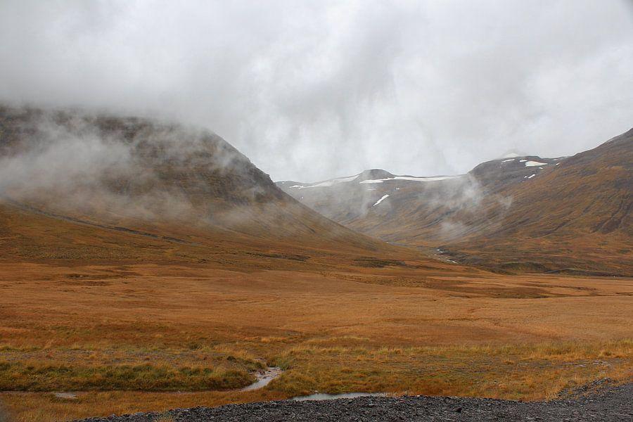 Mist in de bergen van Noord-IJsland