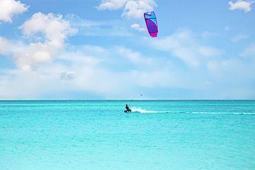 Kite surfing op de caribische zee bij Aruba van