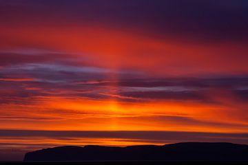 De ultieme zonsondergang boven Latrabjarg van Gerry van Roosmalen