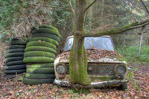 Verlaten auto ergens in het bos van Beyond Time Photography