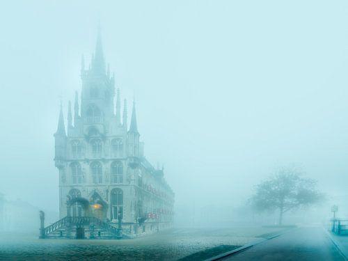 Historische stadhuis van Gouda in de mist van