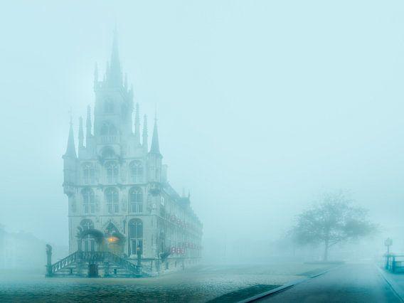 Historische stadhuis van Gouda in de mist van Gouda op zijn mooist
