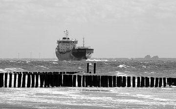 Frachtschiff in der Nähe der Küste von Zoutelande von MSP Canvas