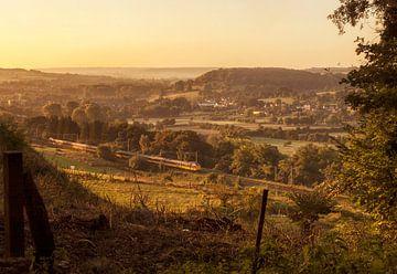 Trein door het Zuid-limburgse landschap van John Kreukniet