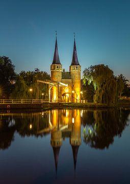 L'Oostpoort de Delft pendant l'heure bleue sur Arisca van 't Hof