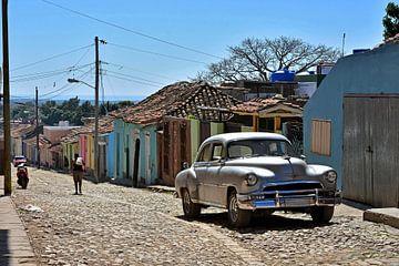 Silberner Oldtimer in bunter Straße in Trinidad, Kuba sur Jutta Klassen
