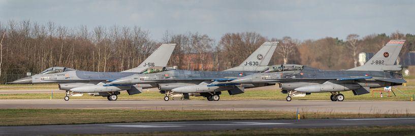 Ready for take-off? Piloten voeren de laatste  voorbereidingen uit voor een take-off van hun F-16 op van Jaap van den Berg
