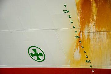 Scheepsromp in de haven sporen roest van het varen. van scheepskijkerhavenfotografie