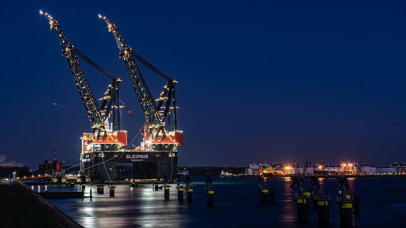 Sleipnir het grootste kraanschip van de wereld  In Rotterdam van Erik van 't Hof