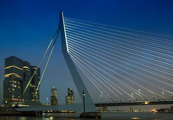 Zicht op de Erasmusbrug en De Rotterdammer bij nacht