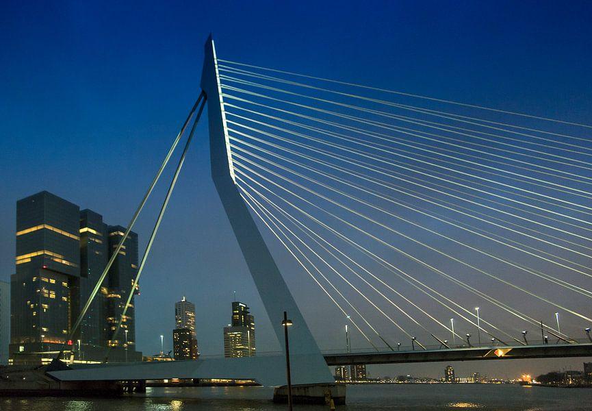 Zicht op de Erasmusbrug en De Rotterdammer bij nacht van Anouschka Hendriks