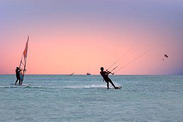Watersport op de Caribbische Zee bij Aruba met zonsondergang van Nisangha Masselink