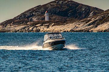 Sportboot komt de haven van Bodø binnen van Kai Müller