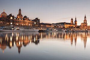 Dresden spiegelt sich in der Elbe wider von Jiri Viehmann
