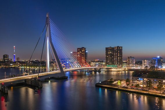 De Erasmusbrug in Rotterdam in Rood, Wit, Blauw