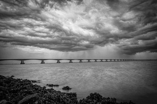 Zeelandbrug donkere wolken in zwart-wit