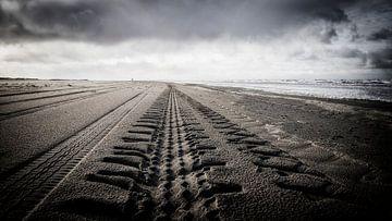 bandensporen op het strand van Vlieland, in de richting van de Vliehors van Studio de Waay