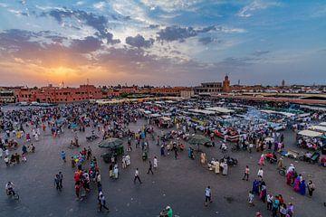 Zonsondergang op Djemaa el Fna plein in Marrakesh van Koen Henderickx