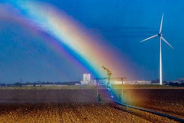 Regenboog tijdens besproeien van het boerenland van Niels Wenstedt