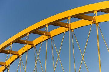 Pont en acier jaune à Utrecht contre un ciel bleu sur mike van schoonderwalt