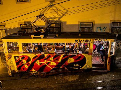 Grafitti tram in de nacht in Lissabon