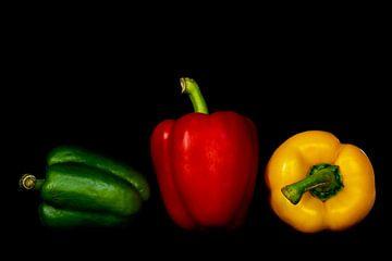 Stilleven macro peper rood geel groen op zwart van Dieter Walther