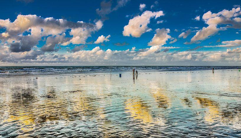 Strand en wolkjes van Harrie Muis