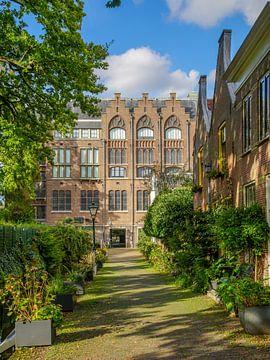 5e Binnenvestgracht in Leiden met PJ Veth gebouw van Dirk van Egmond