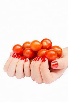 Twee handen die cherry tomaatjes vasthouden op een wit geïsoleerde achtergrond. van Ben Schonewille