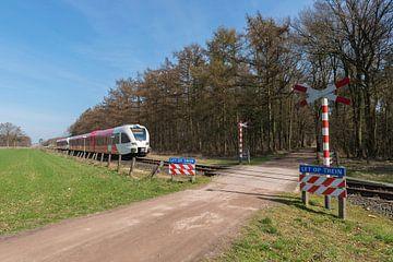 Onbewaakte spoorwegovergang in het oosten van Nederland van Tonko Oosterink