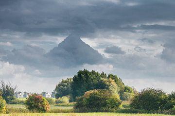 Piramide boven Empel van Ingeborg Ruyken