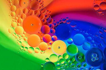 Öltropfen auf Wasser von Esther Ravesloot
