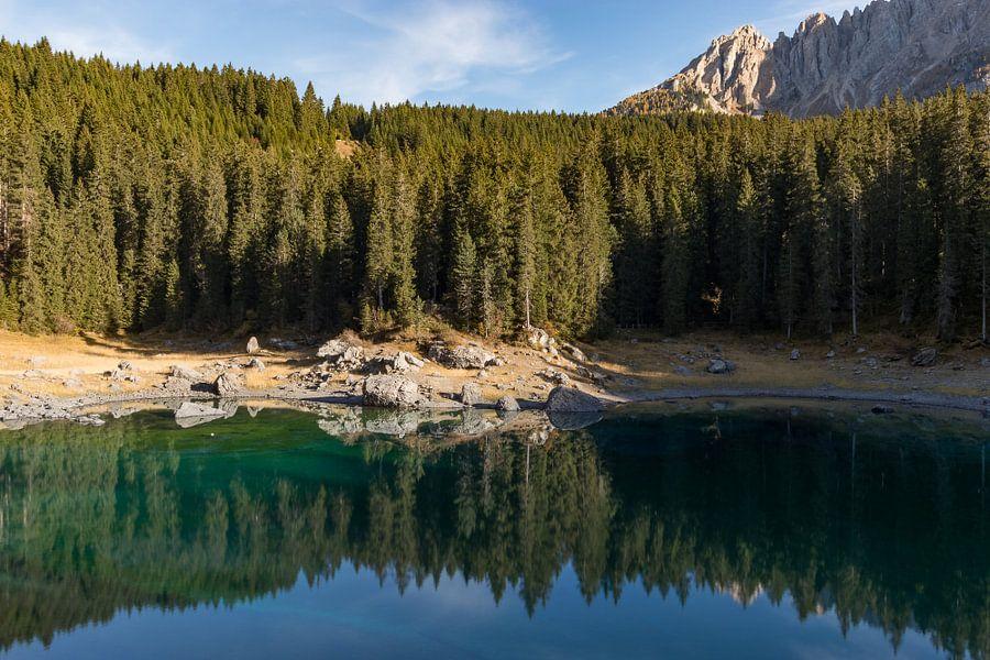 Reflecties op het meer van Karersee van Thijs van den Broek