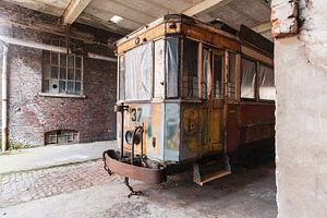 Straßenbahn in einem verlassenen Gebäude